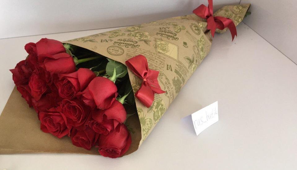 Розы в крафт-бумаге